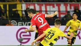 Quả đánh gót điệu nghhệ của tiền đạo Robert Lewandowski (Bayern Munich) vào lưới Dortmund. Ảnh Getty Images.
