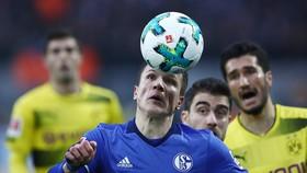Yevhen Konopljanka (Schalke) vượt qua hàng phòng thủ chết trân của Dortmund. Ảnh: Getty Images.