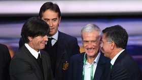 Các đại gia đều hân hoan. HLV Đức Joachim Loew, bắt tay Juan Carlos (Mexico), phía sau là HLV Tây Ban Nha Julen Lopetegui và HLV Pháp Didier Deschamps. Ảnh: Getty Images.