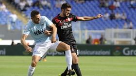 Patrick Cutrone (phải, AC Milan) tranh bóng với Stefan De Vrij (Lazio). Ảnh: Getty Images.