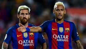 Messi và Neymar luôn đối mặt nhau trong những pha đá phạt. Ảnh: Getty Images.