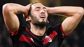 Tiền vệ Hakan Calhanoglu của Milan sẽ bỏ lỡ trận gặp Napoli