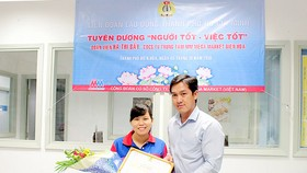 何氏七接受市勞動聯團代表頒發的獎狀和紀念品。(圖源:SGGP)