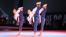Các VĐV nữ đoạt HCV nội dung biểu diễn quyền ở môn taekwondo. Ảnh: DŨNG PHƯƠNG