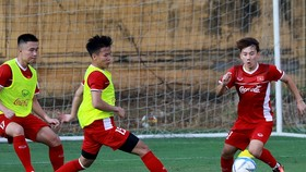 Minh Vương (bìa phải) có tên trong 5 cầu thủ bị loại đầu tiên. Ảnh: MINH HOÀNG