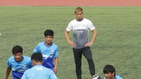 HLV Honda cùng các cầu thủ đội Campuchia