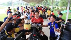 Quế Ngọc Hải trả lời phỏng vấn sau buổi tập. Ảnh: MINH HOÀNG