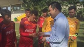 Phó chủ tịch VFF Cao Văn Chóng trao bao lì xì đầu năm cho các thành viên đội tuyển U22 Việt Nam. Ảnh: Anh Trần