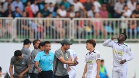 Thầy trò CLB HA.GL đã có trận thua nhiều ức chế ở vòng 3. Ảnh: MINH TRẦN