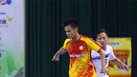 Cầu thủ Đặng Phước Hạnh (áo đỏ/vàng)