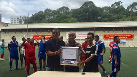 Hai cựu cầu thủ Lưu Kim Hoàng và Lê Văn Tư chuyển tiên hỗ trợ đến gia đình cựu cầu thủ Nguyễn Văn Mười. Ảnh: Anh Trần