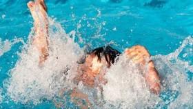 Bé gái 9 tuổi chết dưới hồ nước với dấu hiệu bất thường