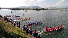Sôi động giải đua thuyền truyền thống trên sông Cu Đê