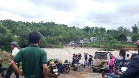 Cầu tràn bị nước nhấn chìm, dân dài cổ chờ nước rút
