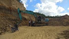 Bắt quả tang vụ khai thác đất trái phép ngay tại vị trí phóng viên VTV báo tin  rồi bị hành hung
