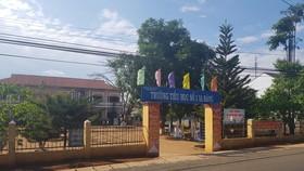 """Phó Bí thư Đảng ủy xã """"rút ví"""" trúng má học sinh tiểu học"""