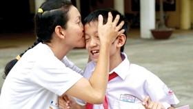 Mẹ và con sau buổi tuyển sinh vào lớp 6 Trường THPT Trần Đại Nghĩa. Ảnh: HOÀNG HÙNG