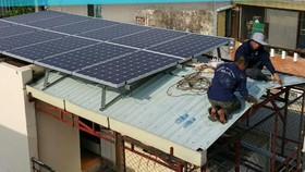 Lắp đặt tấm pin năng lượng mặt trời tại hộ dân