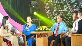 BàNguyễn Thị Hoa (thứ 2 từ trái qua) chia sẻ câu chuyện của mình tại buổi giao lưu. Ảnh: VIỆT DŨNG