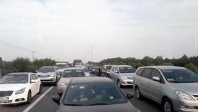 Trên đường cao tốc TPHCM - Long Thành - Dầu Giây, nhiều xe chạy vào làn đường dừng xe khẩn cấp (bên trong vạch kẻ liền màu trắng), vi phạm luật giao thông. Ảnh: MINH THANH