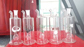 Nhiều loại bình ục, coóng thủy tinh dùng cho việc đập đá vẫn được rao bán