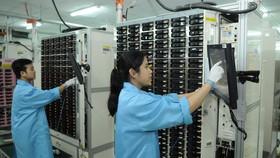 Sản xuất linh kiện điện thoại di động tại doanh nghiệp Hoa Kỳ ở TPHCM. Ảnh: CAO THĂNG