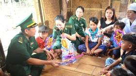 """Quỹ """"Mãi mãi tuổi 20"""" trao quà cho trẻ em nghèo vùng dân tộc thiểu số"""