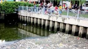 Vô tư câu cá trên kênh Nhiêu Lộc - Thị Nghè, TPHCM