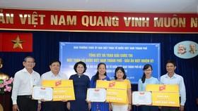 Đồng chí Tô Thị Bích Châu, Chủ tịch Ủy ban MTTQ Việt Nam TPHCM trao giải cá nhân cho các thí sinh