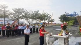 Đoàn dâng hương  tại tượng đài Tàu Không số