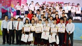 Trao học bổng cho học sinh nghèo hiếu học năm học 2017-2018