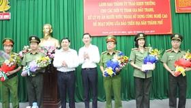 Lãnh đạo Thành ủy khen thưởng các đơn vị. Ảnh: M.HOA