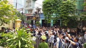 Tòa trả hồ sơ, bị cáo Nguyễn Hữu Linh khó khăn rời khỏi phiên tòa