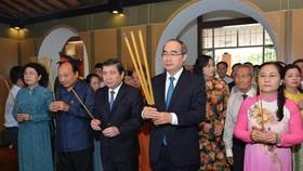Các đồng chí lãnh đạo TPHCM dâng hương tại Bảo tàng Tôn Đức Thắng. Ảnh: VIỆT DŨNG