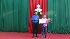 Tỉnh Đoàn Thanh Hóa vừa trao tặng Bằng khen cho em Nguyễn Bình Minh, học sinh lớp 7A, Trường THCS Đông Tân (TP Thanh Hóa), là tấm gương nhặt được của rơi trả người đánh mất. Ảnh: N.T