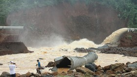 Ống dẫn nước về nhà máy bị vỡ, giúp giảm lượng nước trong hồ thủy điện Đắk Kar