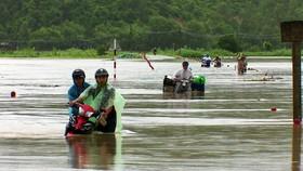 Thủy điện nâng lưu lượng xả lũ, nguy cơ gây ngập cho các vùng thấp trũng hạ lưu Phú Yên. Trong ảnh, trước đó, nước lũ nhấn chìm đường giao thông Phú Yên.