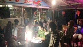 Lực lượng chức năng tỉnh Quảng Ngãi bắt quả tang ổ cá độ bóng đá trong quán cà phê Bờ Sông trong đêm 22-6. Ảnh: TC