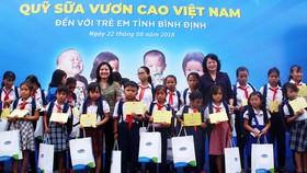 Phó Chủ tịch nước Đặng Thị Ngọc Thịnh trao quà cho học sinh vùng lũ Bình Định