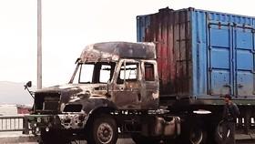 Xe tải đang lưu thông bỗng bốc cháy, tài xế nhảy khỏi cabin thoát nạn