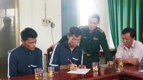 Matillano B. Benjie và Rapisa Rene đang làm các thủ tục với đơn vị chức năng ở Bình Định