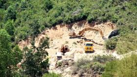 """Vụ """"đất tặc"""" lộng hành đào phá núi Mò O: Chính quyền có """"giơ cao đánh khẽ""""?"""