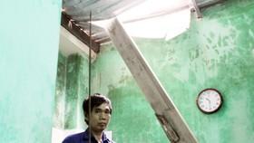 Ván gỗ cốt pha dài 4m đâm thủng mái tôn nhà dân