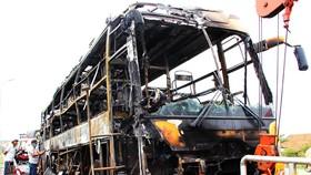 Xe khách bốc cháy dữ dội, 40 hành khách thoát nạn trong gang tấc