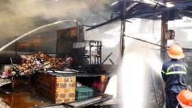 Xả thân cứu cụ già, em bé đang ngủ trong khu chợ bị cháy