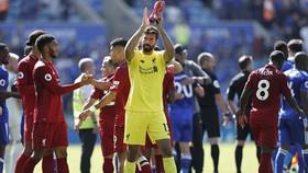 """Leicester - Liverpool 1-2: Mane, Firmino ghi bàn, thủ môn Alisson """"tặng quà"""" chủ sân"""