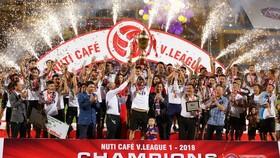 Hà Nội - Cần Thơ 3-0: Văn Quyết, Samson và Oseni ghi bàn, Hà Nội chính thức đăng quang lần 4