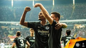 Frankfurt - Lazio 4-1: Costa ghi cú đúp, trọng tài Serdar Gozubuyuk phải rút 2 thẻ đỏ