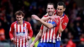 Atletico - Alaves 3-0: Kalinic, Griezmann, Hernandez ghi bàn, HLV Simeone đuổi kịp điểm Barca