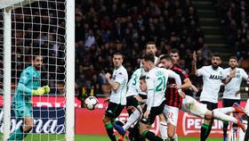 """AC Milan - Sassuolo 1-0: Pol Lirola """"tặng quà"""" Milan, thủ môn Consigli nhận thẻ đỏ"""